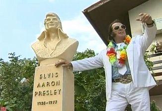 Na Vrtovčah na Vipavskem stoji kip Elvisa Presleya