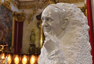 Kipar Mik Simčič izdelal serijo kiparskih portretov papeža Frančiška