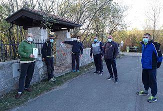 Poljanski labodi so podarili maske vaščanom