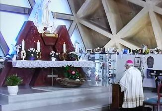 Evharistični blagoslov mesta s ploščadi pred svetiščem