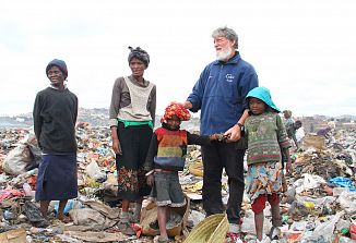 Pedro Opeka je prvi prejel humanitarno pomoč preko strateškega partnerstva med MZZ in Karitas
