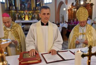 Novi novomeški škof msgr. dr. Andrej Saje izpovedal vero in prisegel zvestobo papežu