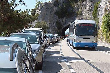 Prepoved parkiranja na obalni cesti ima več hujših posledic