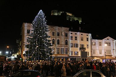 Prižig lučk na Travniku