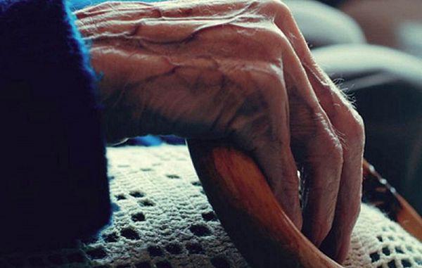 S starostjo gre rakom žvižgat tudi človekovo dostojanstvo