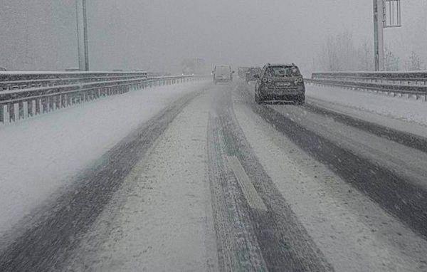 V Sloveniji sneži, razmere na cestah nevarne!