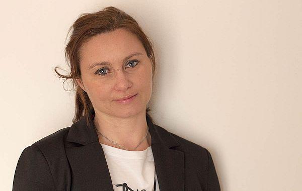 Čezmejna delavka, ki po poklicu nudi pomoč drugim čezmejnim delavcem