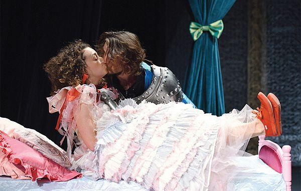Tudi moderno kraljično premami ljubezen!
