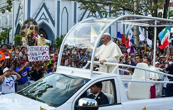 Mladi so navdušeno sprejeli papeža v Panami!