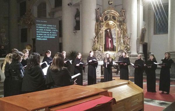 DVS Bodeča Neža z gregorijanskim petjem v Ljubljani
