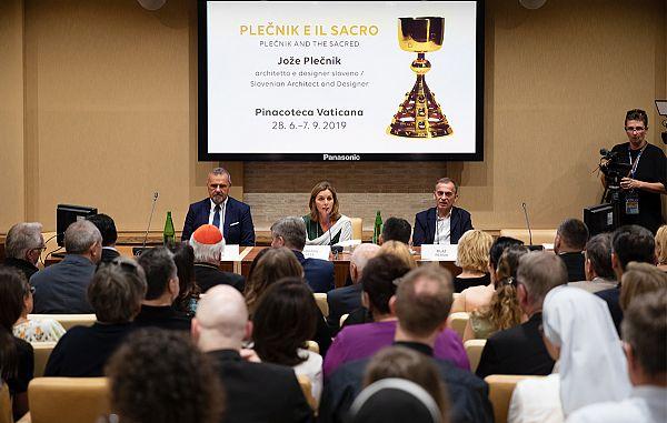 Odprli so razstavo Plečnikovega liturgičnega posodja
