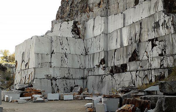 Zapleten birokratski ustroj dejansko pogubno vpliva na kamnoseško dejavnost
