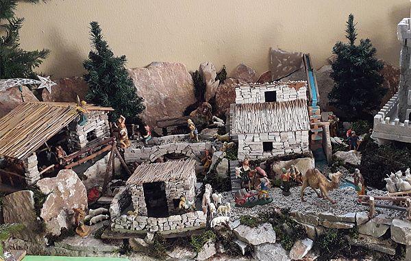 Raznolike figurice domačih in tujih jasličarjev