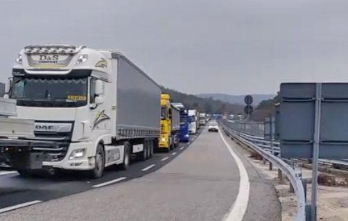 Slovenski generalni konzulat Republike Slovenije sporoča,da se že rešujejo problemi na državni meji!
