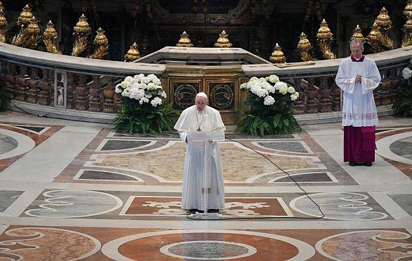 Papež Frančišek na Veliko noč spregovoril o času pandemije in pomenu vstajenja